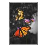 Mariposas de monarca amarillas y anaranjadas en la impresion de lienzo
