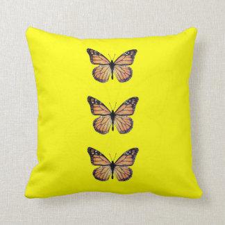 Mariposas de monarca bonitas en amarillo cojines