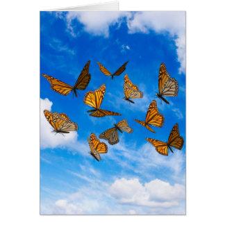 Mariposas de monarca en el cielo tarjeta de felicitación