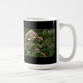 Mariposas de Swallowtail del tigre en la mala Taza Clásica
