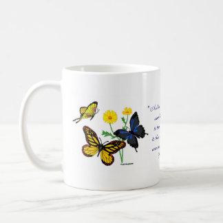 Mariposas del 8:28 de los romanos tazas de café