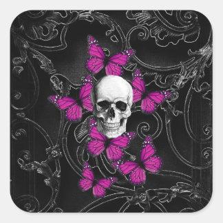 Mariposas del cráneo y de las rosas fuertes de la pegatina cuadrada