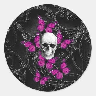 Mariposas del cráneo y de las rosas fuertes de la pegatina redonda