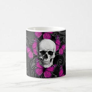 Mariposas del cráneo y de las rosas fuertes de la taza básica blanca