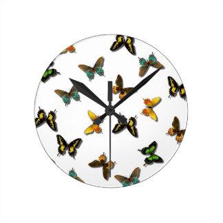Mariposas del verano que agitan reloj redondo mediano