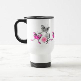 Mariposas elegantes y rosas rosados y de plata taza de café