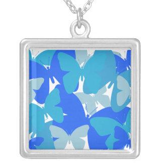 Mariposas en collar azul