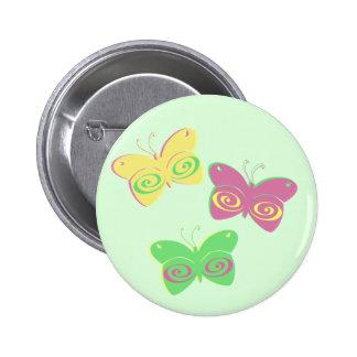 Mariposas en fondo verde claro pin redondo de 2 pulgadas