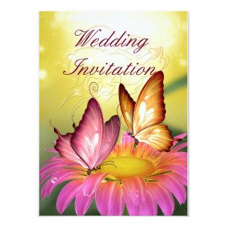 Mariposas en la invitación rosada del boda de la