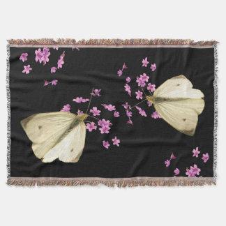 Mariposas en la manta del tiro de las flores