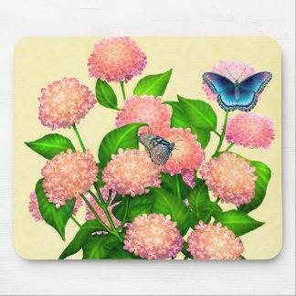 Mariposas en los Hydrangeas rosados Mousepad