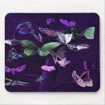 Mariposas en púrpura alfombrillas de ratón