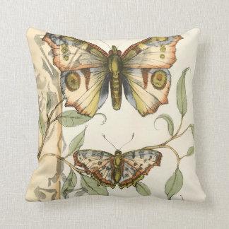 Mariposas en tándem sobre las hojas verdes cojín