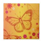 Mariposas en un fondo floral azulejos