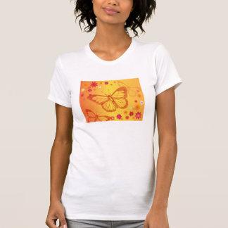 Mariposas en un fondo floral camiseta