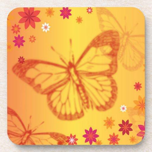 Mariposas en un fondo floral posavasos