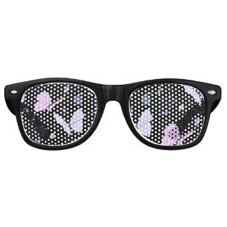 Mariposas púrpuras bonitas en fondo de la noche lentes de fiesta
