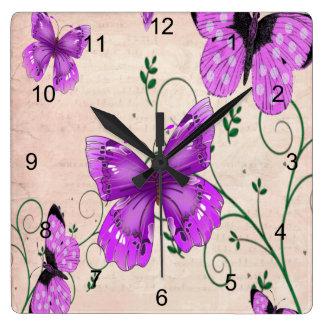 Mariposas púrpuras en colores pastel reloj cuadrado