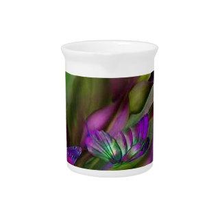 Mariposas púrpuras jarra de beber