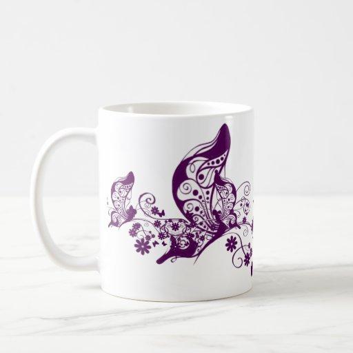 Mariposas púrpuras taza básica blanca