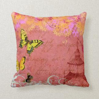 Mariposas que bailan en una almohada del personali