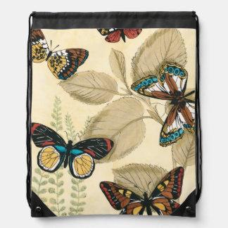 Mariposas que se deslizan sobre las hojas mochilas