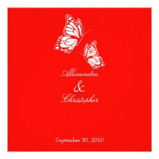 Mariposas rojas simples que casan la invitación
