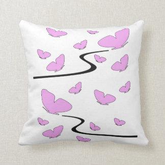 Mariposas rosadas en una almohada de tiro blanca