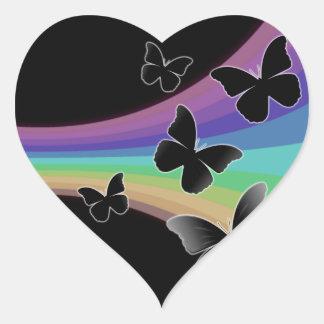 Mariposas silenciadas del arco iris en negro pegatina en forma de corazón