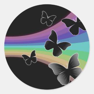 Mariposas silenciadas del arco iris en negro pegatina redonda