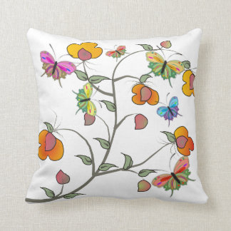 Mariposas y almohada artsy caprichosas de las flor