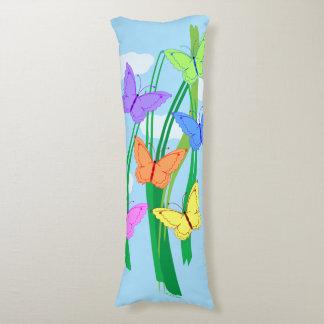 Mariposas y cielo coloreados cojin cama