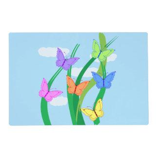 Mariposas y cielo coloreados salvamanteles