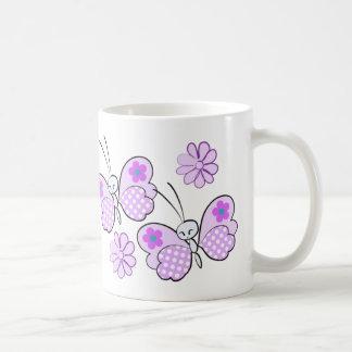 Mariposas y flores del lunar de la lavanda taza clásica