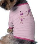 Mariposas y flores púrpuras camisetas de perro