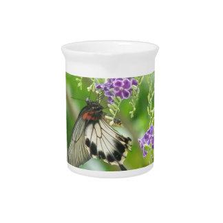 Mariposas y jarra de las flores