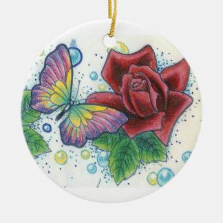 Mariposas y ornamento de los rosas de Dana Tyrrell Adorno Navideño Redondo De Cerámica