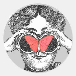 Mariposas y prismáticos pegatina redonda