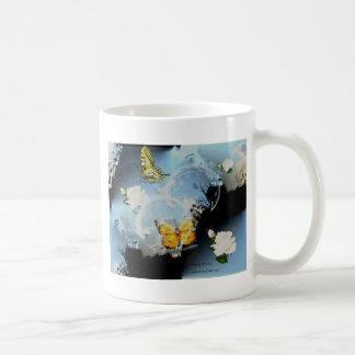 Mariposas y rosas taza básica blanca