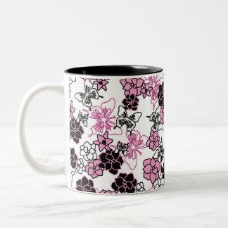 Mariposas y taza de las flores
