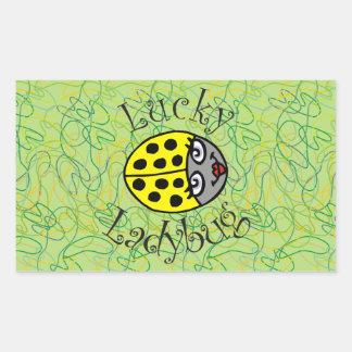 Mariquita afortunada en amarillo pegatina rectangular