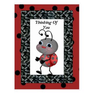 Mariquita del dibujo animado que piensa en usted p postales