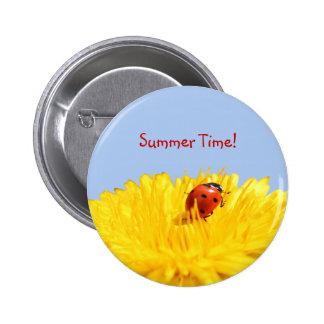Mariquita del verano en la flor amarilla pin redondo de 2 pulgadas
