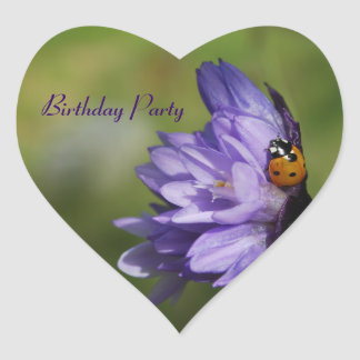 Mariquita en el pegatina púrpura del cumpleaños de