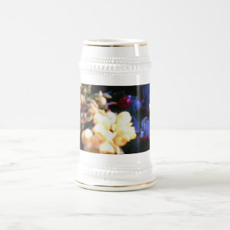 Mariquita en flores amarillas taza