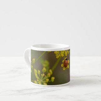 Mariquita en la flor amarilla taza de espresso