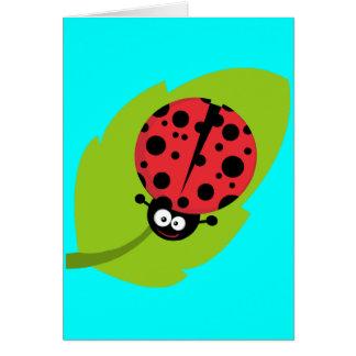 Mariquita en la hoja tarjeta de felicitación