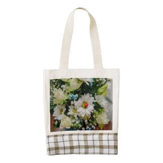 Mariquita en una flor blanca bolsa tote zazzle HEART