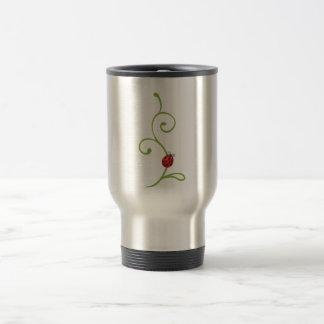 Mariquita en vid taza de café