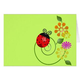 Mariquita roja brillante y pequeñas flores lindas tarjeta de felicitación